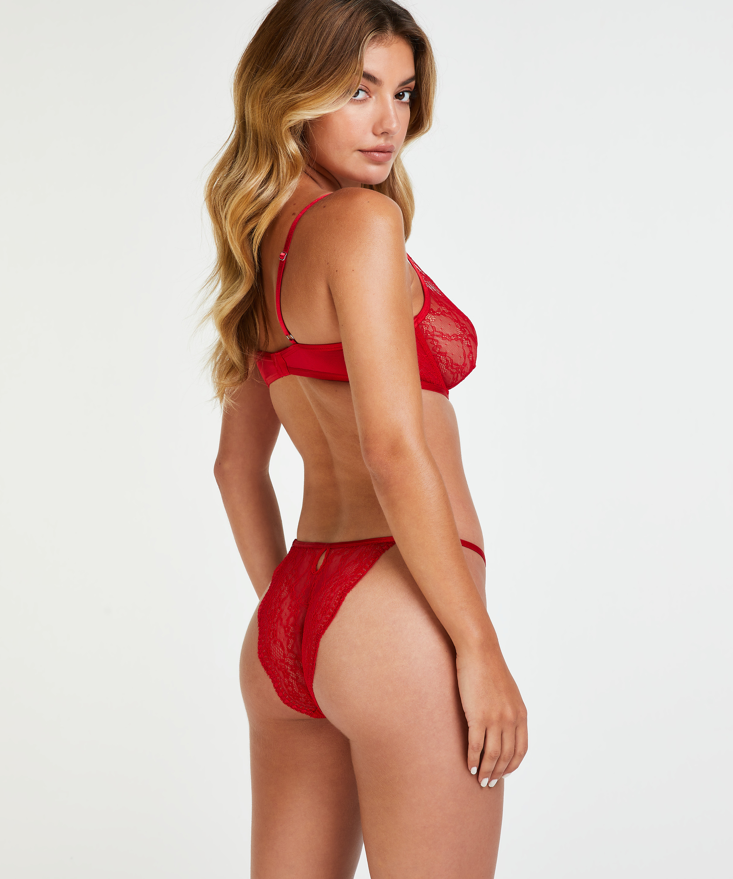 Isabelle Brazilian, Red, main